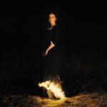 Lo sguardo inquieto:  Ritratto della giovane in fiamme